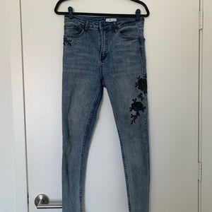 Lightwash high waisted jeans floral embroidery